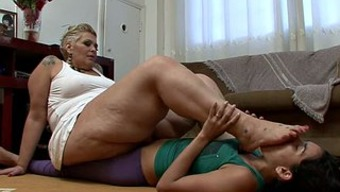 Big excess weight black milf by using a leg mania gets pleasured