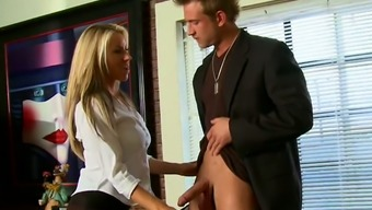 Buxom light desk Carolyn Reese face fucks her boss off right in place of work