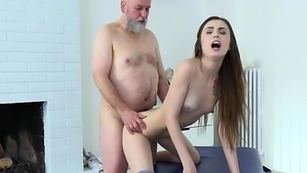 Perverted Youngster Elle Roze wijn Gets Fucked And Cum Sprayed