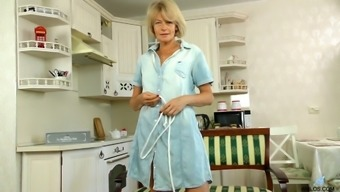 Age housewife Diana High assessments her hairy pussy with the use of brushes