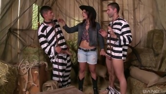 Threesome along with superior Samia Duarte who's with her slutty knees