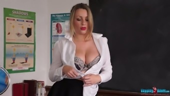 Nicely shaped fantastic hottie Penny L exposes her lovely juicy boobies