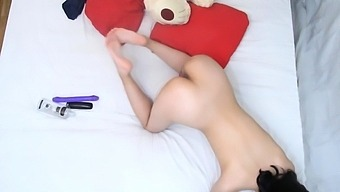 Fit American fingering her anal and pussy
